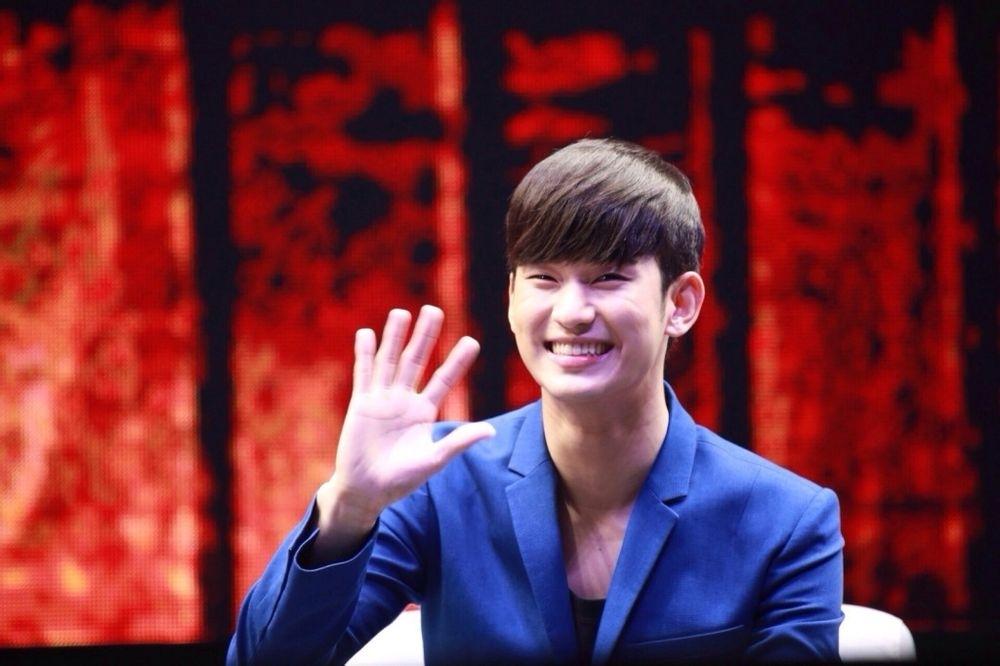 Kim Soo Hyun cực tươi trong buổi họp mặt fan tại Thượng Hải