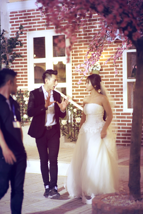 """Sự xuất hiện rạng rỡ và tình tứ của cả hai tại một studio ảnh cưới đã khiến nhiều người đặt nghi vấn: """"Liệu Isaac và Khả Ngân đang chuẩn bị cho đám cưới của mình một cách bí mật?""""."""