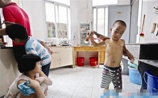 Bé 6 tuổi bỏ nhà đi vị bị bố ruột đánh bằng gậy sắt