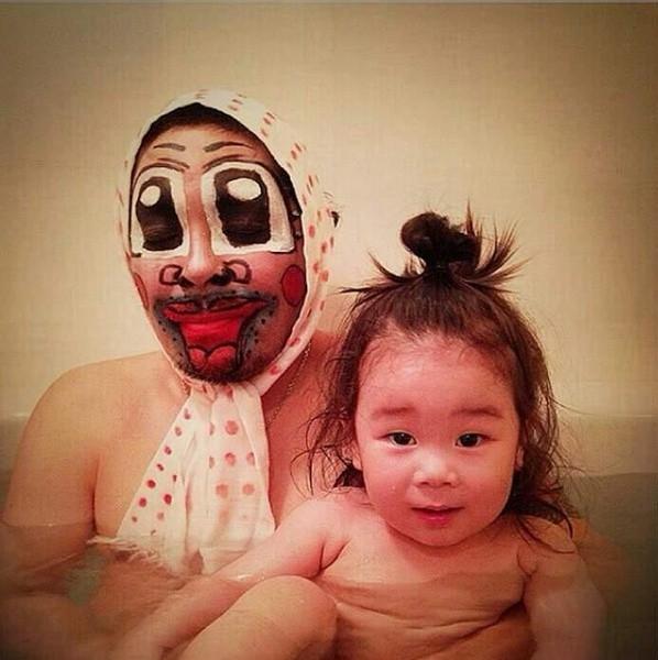 """Thích thú với ông bố hóa trang để """"dụ"""" con gái tắm"""