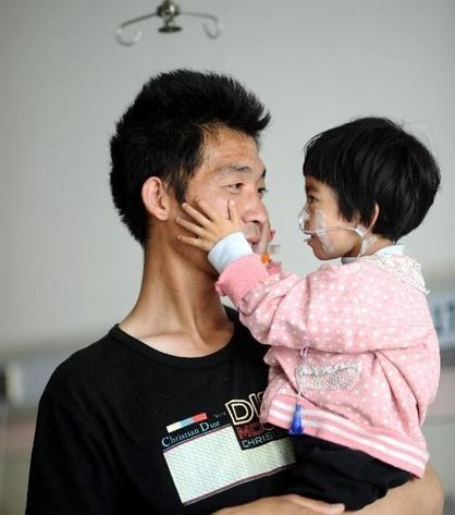 """Cổ tích có thật của """"ông bố mớm cơm"""" suốt 500 ngày cho con gái nhỏ"""