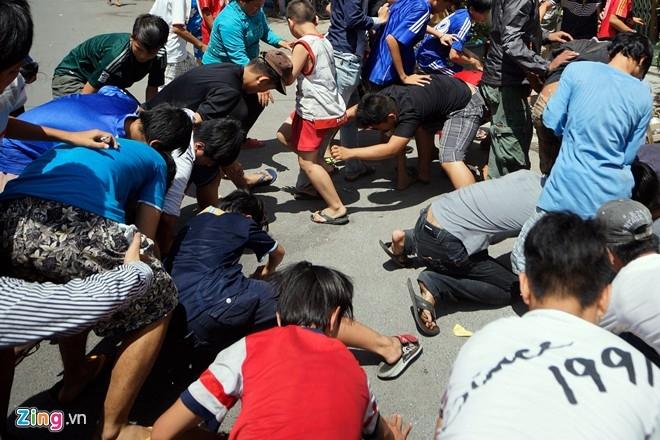 'Cô hồn' giành đồ cúng, náo loạn trên phố Sài Gòn