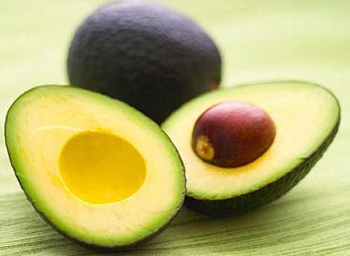 Trứng.  Ăn trứng khoảng một tuần từ 3 – 4 lần sẽ rất tốt cho sức khỏe. Trong trứng có chứa rất nhiều amino acid và chất chống oxi hóa giúp bảo vệ làn da của bạn trước sự tấn công của những tia UV có hại.