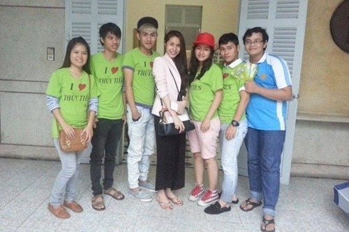Sao Việt xỏ dép lê bình dân đi chơi phố, làm từ thiện