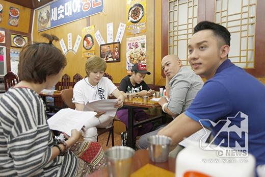 """Nhưng trước khi """"chiến"""", 3 thầy trò Alain Nghĩa - Gil Lê - Lố La Quốc Hùng đã có 1 bữa """"chén"""" Kimbap tha hồ"""