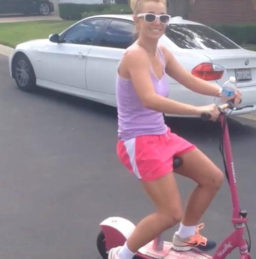 Tận dụng thời gian rảnh rỗi, Britney Spears đã có một chuyến đi vòng quanh nơi cô ở bằng chiếc xe đạp màu hồng của mình. Không những thế cô còn khiến cho người hâm mộ khá bất ngờ vì cách ăn mặc giản dị đời thường.