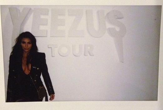 Kim Kardashian ủng hộ chồng mình bằng mọi cách.