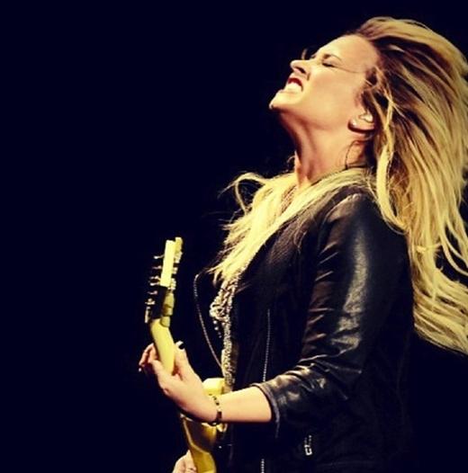 """Demi Lovato """"cháy"""" hết mình trên sân khấu và thả hồn vào những giai điệu mà cô gửi tới khán giả của mình."""