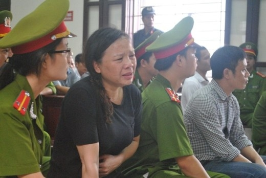 Ngất xỉu giữa tòa khi chồng bị đề nghị án tử hình