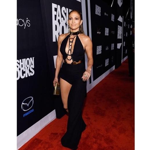 Dù Jennifer Lopez đã 45 tuổi nhưng cô đã chứng mình được sự trẻ trung, quyến rũ của mình.