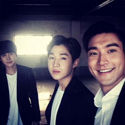 """Siwon bảnh trai bên cạnh Henry và Kyuhyun và khoe rằng: """"Đang chụp cái gì đó"""""""