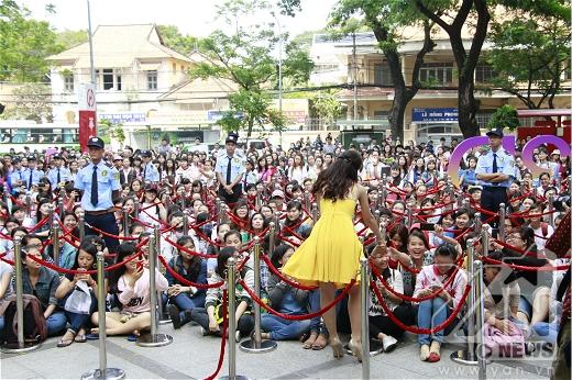 Sự nhiệt tình của fan đã làm cho Đông Nhi xúc động, cô nàng xuống tận phía khán giả để bắt tay giao lưu với mọi người - Tin sao Viet - Tin tuc sao Viet - Scandal sao Viet - Tin tuc cua Sao - Tin cua Sao