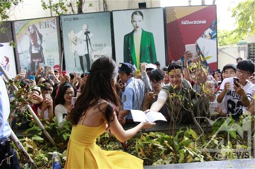 Sau khi diễn xong các fan đã lập tức chạy ngay vào cánh gà để xin chữ kí của Đông Nhi - Tin sao Viet - Tin tuc sao Viet - Scandal sao Viet - Tin tuc cua Sao - Tin cua Sao