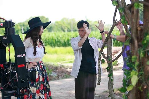 """Trong loạt ảnh hậu trường mới vừa tiết lộ của phim ca nhạc ngắn """"Giờ em đã biết"""", Minh Hằng tiếp tục khiến khán giả thích thú khi có những cảnh quay hài hước cùng Ngô Kiến Huy ở một nhà chồi được dựng trên cây. - Tin sao Viet - Tin tuc sao Viet - Scandal sao Viet - Tin tuc cua Sao - Tin cua Sao"""