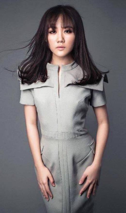 Hình ảnh bé bỏng và mũm mĩm của cô ca sĩ á quân idol ngày nào có lẽ đã dần lùi sâu vào quá khứ khi Văn Mai Hương ngày càng tạo dựng được phong cách chững chạc, quyến rũ với cách phối đồ mang đậm dấu ấn của sự trưởng thành.