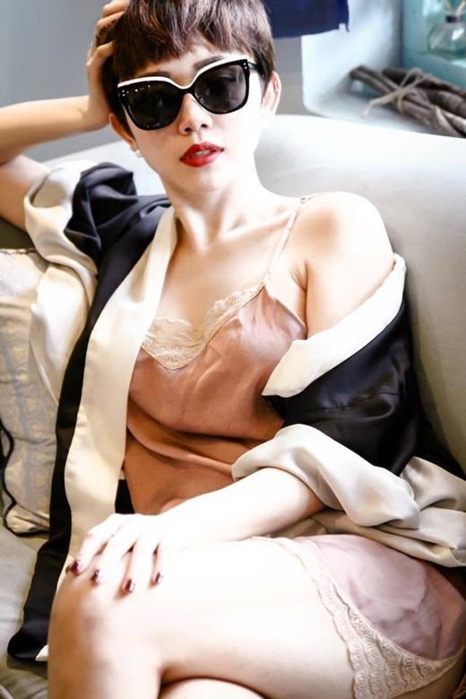 Vẫn trung thành với phong cách phóng khoáng cùng kiểu áo ngủ gợi cảm phối cùng khoác hờ kimono xu hướng hiện đại, Tóc Tiên bày tỏ sự mong chờ đối với nhân vật 'Anh'- chàng trai tháng mười bí ẩn. Công việc dồn dập nhưng dường như cũng không thể ngăn được sự háo hức đến đáng yêu của cô nàng cá tính.