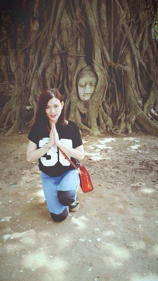 Thu Thủy khoe ảnh thành tâm chắp tay cầu khấn bên thánh địa nổi tiếng cả Hollywood - thành cổ Ayuthaya (chùa Mahathat). Bức ảnh chụp khoảnh khắc đẹp này của nữ ca sĩ đã nhận được nhiều lời chúc tốt đẹp từ người hâm mộ.