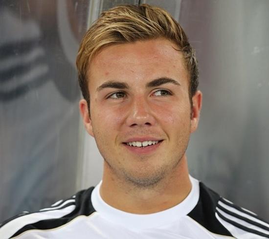 Mario Gotze (Bayern Munich) cũng là một chàng trai sở hữu mái tóc vàng gọn gàng và đôi mắt biết nói. Chính vì vậy mà cô bồ Ann Kathrin Brommel làm mọi cách để trói anh chàng này trước sự tăm tia của các cô gái khác.