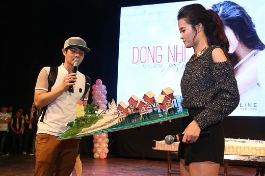 Một điểm rất thú vị khác là một fan đã đặc biệt thiết kế một khu resort mô hình dành tặng cho Đông Nhi, mà trong đó có hình ảnh cô cùng Ông Cao Thắng đang mặc đồ cô dâu - chú rể - Tin sao Viet - Tin tuc sao Viet - Scandal sao Viet - Tin tuc cua Sao - Tin cua Sao