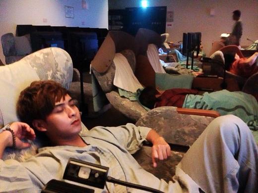 Hồ Quang Hiếu và các nghệ sĩ khác phải ngủ qua đêm tại một cơ sở massage vì không thuê được khách sạn và ở nhờ được nhà dân - Tin sao Viet - Tin tuc sao Viet - Scandal sao Viet - Tin tuc cua Sao - Tin cua Sao