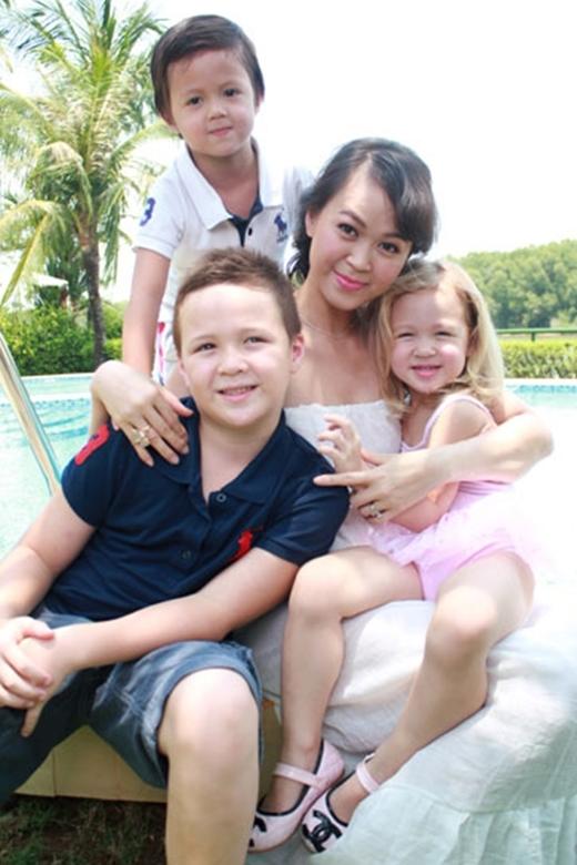 Hiện tại cô đang rất hạnh phúc bên ông xã Lindsay và 3 nhóc tì đáng yêu.