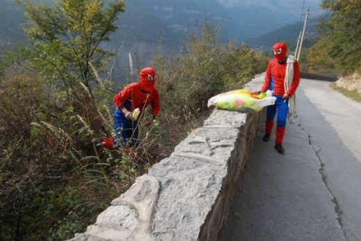 Cười và ngẫm với hình ảnh Người Nhện dọn rác ở sườn núi