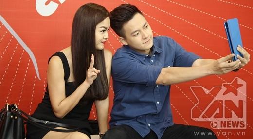 Hai chị em tranh thủ chụp ảnh 'tự sướng' trước khi chương trình bắt đầu. - Tin sao Viet - Tin tuc sao Viet - Scandal sao Viet - Tin tuc cua Sao - Tin cua Sao