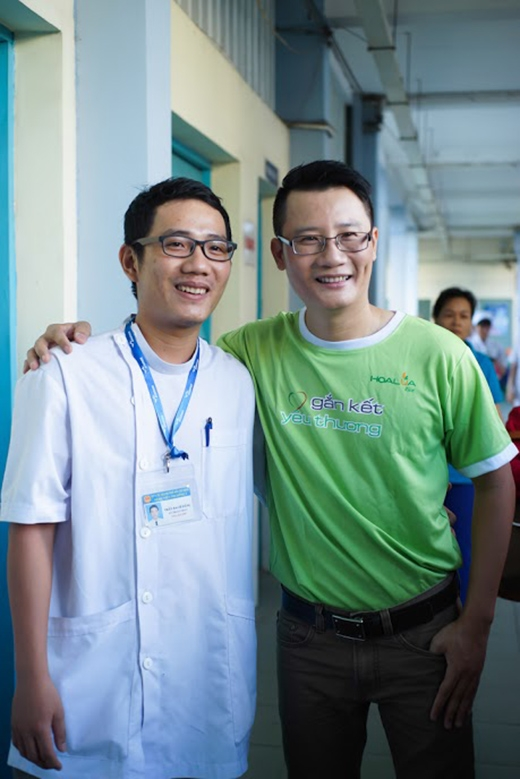 Hoàng Báchchụp ảnh lưu niệm cùng bác sĩ bệnh viện nhi đồng