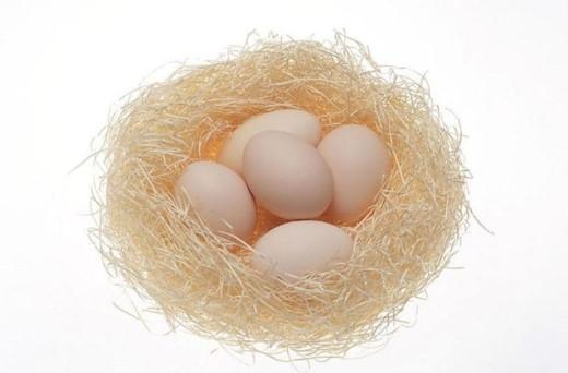Trứng bảo vệ thị lực. Lòng đỏ chứa hai chất lutein và zeaxanthin chống oxy hóa , có thể giúp bảo vệ mắt khỏi tia UV. Chúng còn giúp giảm nguy cơ đục thủy tinh thể do tuổi già.