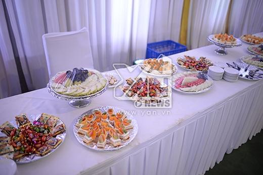 Trước khi bước vào bên trong, khách mời sẽ được thưởng thức đồ ăn nhẹ. - Tin sao Viet - Tin tuc sao Viet - Scandal sao Viet - Tin tuc cua Sao - Tin cua Sao