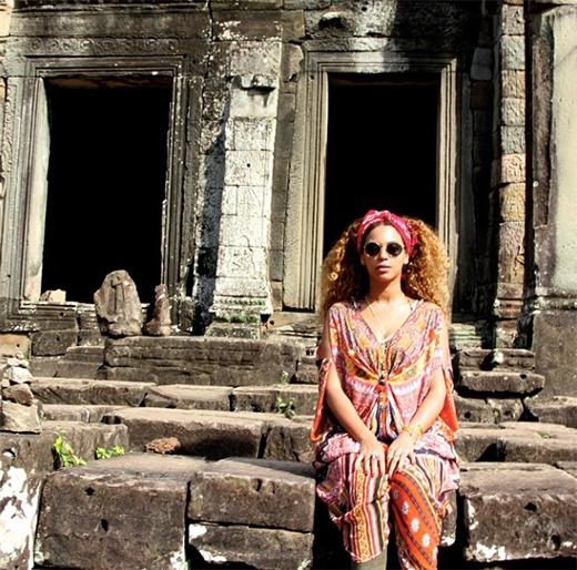 Gia đình nữ ca sĩ đã ở lại Thái Lan 2 tuần trước khi đến Myanma và Campuchia.