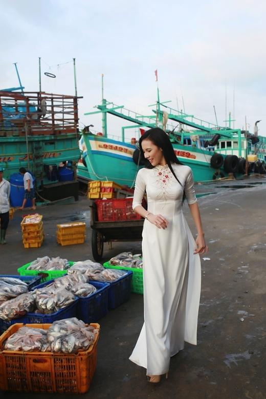 Lệ Quyên cảm giác rất thích thú và hạnh phúc khi được khoác lên trên mình trang phục truyền thống của dân tộc Việt Nam.