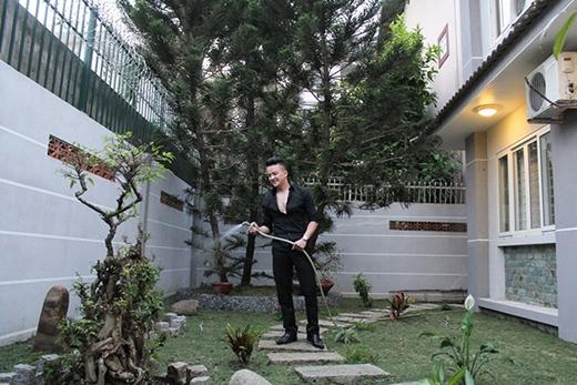 Sau nhiều năm sống trong các căn hộ chung cư, Cao Thái Sơn chuyển sang sống trong một căn nhà lớn và thoáng đãng hơn. Việc này giúp anh thuận lợi đi lại cũng như gần gũi hơn với thiên nhiên. - Tin sao Viet - Tin tuc sao Viet - Scandal sao Viet - Tin tuc cua Sao - Tin cua Sao