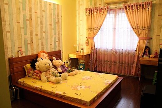 Ngoài phòng ngủ chính của nam ca sĩ, căn nhà mới của anh còn có thêm 2 phòng ngủ khác để người nhà, bạn bè mỗi lần ghé thăm có thể ngủ lại. Không gian của phòng ngủ khác được trang trí màu vàng trẻ trung, ấm áp. Phòng nào cũng được anh đặt rất nhiều thú bông do fan tặng. - Tin sao Viet - Tin tuc sao Viet - Scandal sao Viet - Tin tuc cua Sao - Tin cua Sao