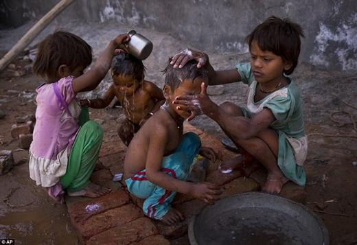Tội nghiệp các em nhỏ phải chắt chiu từng giọt nước để làm mát cơ thể