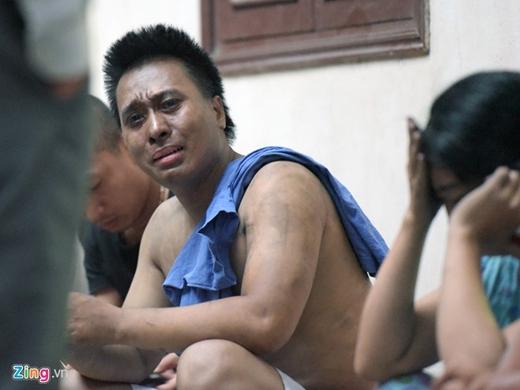 Anh Trung, người cùng vợ con và cháu thoát ra khỏi đám cháy nghẹn ngào khi chờ thông tin 5 người thân mắc kẹt ở lại trong căn nhà.