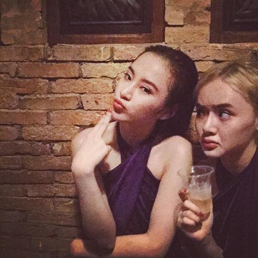 """Là hai chị em thân thiết nên Angela Phương Trinh và Phương Trang luôn dính lấy nhau """"như hình với bóng"""". - Tin sao Viet - Tin tuc sao Viet - Scandal sao Viet - Tin tuc cua Sao - Tin cua Sao"""
