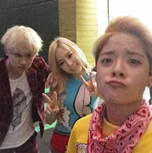 Bên cạnh đó, Amber còn khoe ảnh chụp cùng tiền bối Taeyeon và Heechul trong hậu trường SM Town concert.