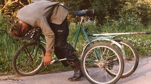 Đang chạy xe đạp cũng tập được yoga.