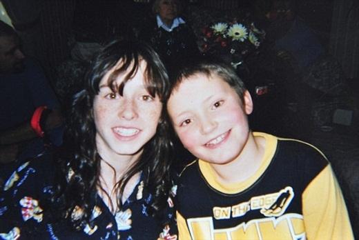 Joella khi còn nhỏ (bên trái) chụp với em trai.
