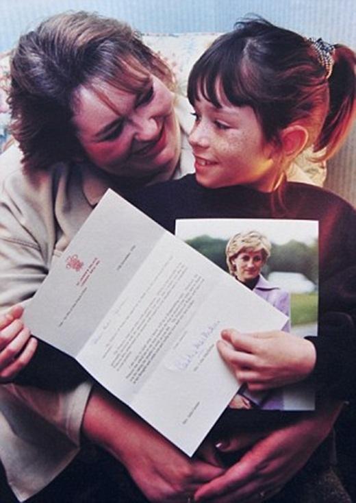 Joella và mẹ chụp hình với bức thư được Công nương Diana trả lời.