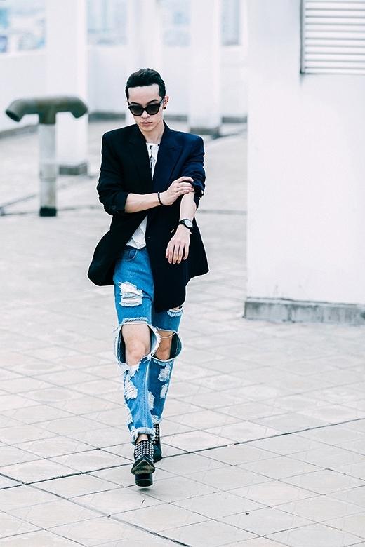 """Một hình ảnh cá tính, bụi bặm hơn với quẩn jeans rách, áo phông. Chiếc áo vest tông đen lịch lãm cũng được Kelbin làm """"mềm hóa"""" để trở thành món phụ kiện hài hòa với thời trang đường phố."""