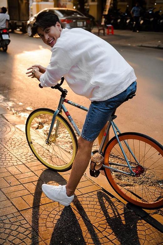 Năng động, trẻ trung với quần jeans lửng chất liệu vải cũ kĩ phối cùng áo phông rộng và giày sneaker tông trắng. Chắc hẳn công thức này sẽ được kha khá các chàng trai vận dụng bởi sự tiện lợi, đơn giản đấy nhé!