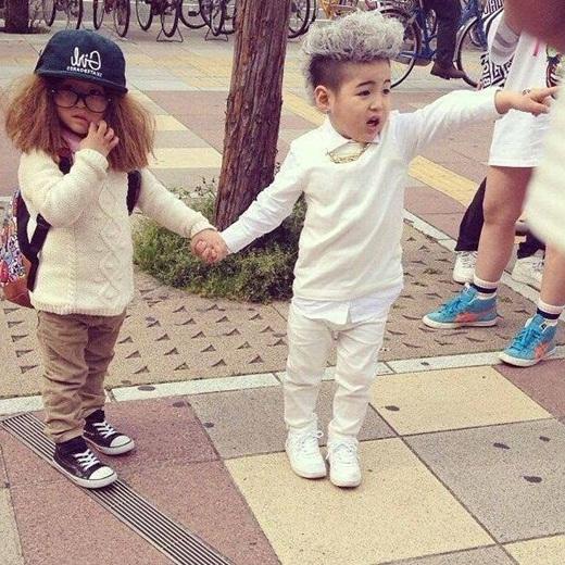 Hình ảnh 'hóa thân' của GD - Taeyang phiên bản nhíđã thu hút tới hơn 260 ngàn lượt thích, cùng hàng ngàn lượt chia sẻ và bình luận từ cư dân mạng. Với gương mặt đáng yêu, ngô nghê, hai nhóc tì này đã chiếm trọn trái tim mọi người.