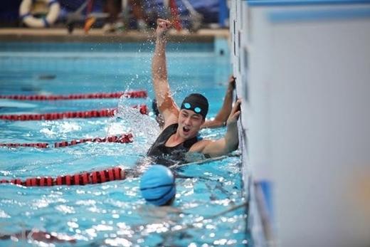Sinh ra với thể trạng yếu đuối, So Ji Sub đã được bố mẹ cho đi học bơi để rèn luyện sức khỏe. Từ năm lên 10, anh đã gắn bó với môn thể thao dưới nước này, thậm chí còn thi đấu chuyên nghiệp và giành nhiều giải thưởng quốc gia. Nếu không trở thành diễn viên, không chừng So Ji Sub sẽ theo đuổi ước mơ trở thành vận động viên bơi lội nổi tiếng.