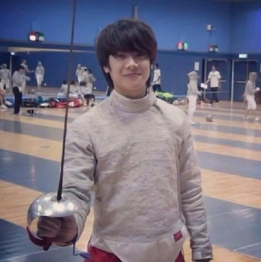 """Trước khi lọt vào """"mắt xanh"""" của ông chủ JYP, Jackson (GOT7) từng là cựu thành viên đấu kiếm quốc gia của đội đấu kiếm Hongkong. Nhận ra ca hát mới là niềm đam mê chính của cuộc đời, chàng rapper điển trai này nhanh chóng khăn gói sang Hàn trở thành thực tập sinh sau khi giành thứ hạng cao nhất tại Asian Junior và Cader Fencing Championship."""