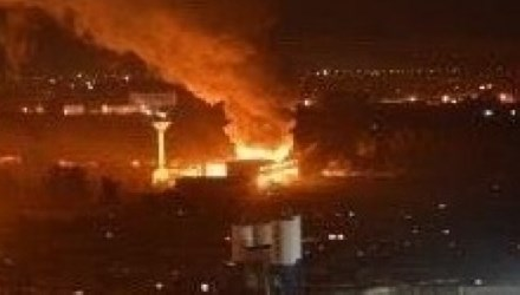 Vụ nổ thứ hai tạo nên cột lửa và khói cao ngút trời...