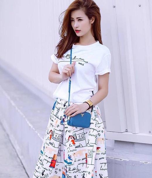 Chiếc áo phông trắng đơn giản của Đông Nhi đã trở nên đặc sắc hơn nhờ chân váy xòe in họa tiết đi kèm.