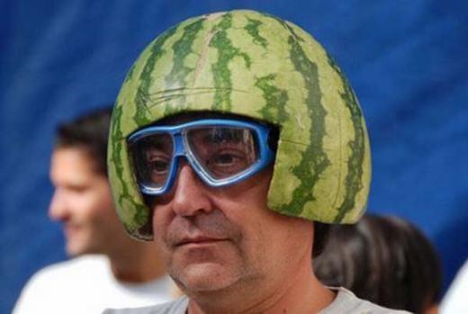 Có mũ bảo hiểm đẹp mà sao anh chàng này lại buồn quá vậy?