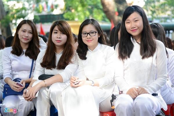 Những bạn nữ sinh cấp 3 trong tà áo dài tinh khôi đến dự lễ khai giảng năm học mới. Đối với những bạn lớp 12 thì đây chắc chắn sẽ là năm học để lại nhiều kỉ niệm ấn tượng và đẹp nhất. Ảnh: Zing.